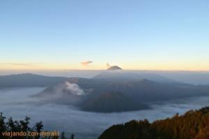 Amanecer sobre el volcán Penanjakan